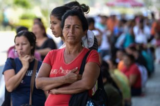 TO GO WITH AFP STORY BY GERARDO GUARACHE People queue up outside a supermarket in Valencia, 180 km west of Caracas on August 11, 2015. AFP PHOTO / FEDERICO PARRA
