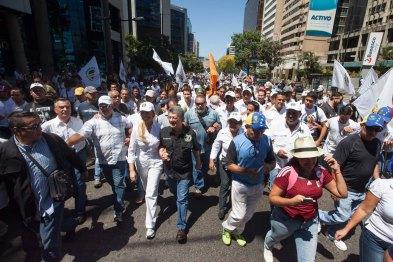 CAR01. CARACAS (VENEZUELA), 12/03/2016.- El presidente de la Asamblea Nacional de Venezuela, Henry Ramos Allup (c), participa en una marcha de la coalición opositora Mesa de Unidad Democrática (MUD) hoy, sábado 12 de marzo de 2016, en la ciudad de Caracas (Venezuela). Miles de manifestantes opositores y oficialistas marchan hoy por separado en Caracas, los primeros en demanda de la renuncia del presidente del país, Nicolás Maduro, y los chavistas en rechazo al presidente estadounidense, Barack Obama, por un decreto que tilda a Venezuela de amenaza para EE.UU. EFE/MIGUEL GUTIÉRREZ