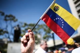 (160123) -- CARACAS, enero 23, 2016 (Xinhua) -- Una persona ondea una bandera durante una manifestación de simpatizantes y miembros de la Mesa de la Unidad Democráctica (MUD), con motivo de la conmemoración de la caída de la dictadura de Marcos Pérez Jiménez, en la Plaza Brion de Chacaíto, en Caracas, Venezuela, el 23 de enero de 2016. De acuerdo con información de la prensa local, integrantes de la MUD convocaron el sábado a una concentración para conmemorar la rebelión cívico-militar que derrocó al presidente de facto Marcos Pérez Jiménez el 23 de enero de 1958. (Xinhua/Boris Vergara) (bv) (jp) (fnc)