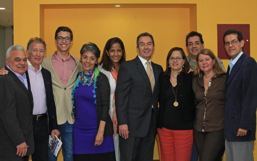 Coordinadores de Creemos Alianza Ciudadana con el director del CEPyG, Benigno Alarcón